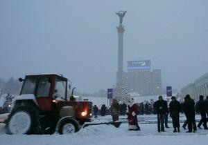 На Майдане на месте палаточного городка монтируют новогоднюю елку