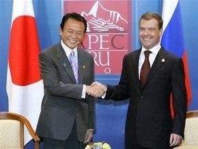 Премьер Японии подарил сыну Медведева робокота ради сближения двух стран