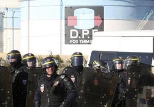 Работники всех 12 нефтеперерабатывающих заводов Франции прекратили забастовку