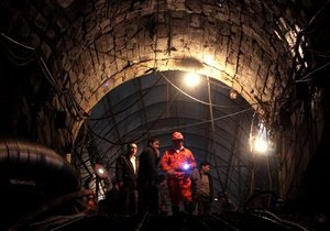 45 горняков спасли из-под обвалов на шахте в Китае