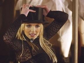 В США пьяный фанат забрался на сцену к Бритни Спирс