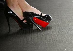 Знаменитый модельер обуви Кристиан Лубутен перенес модель на руках, чтобы она не испачкала туфли