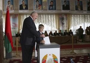 Лукашенко приехал голосовать со своим младшим сыном
