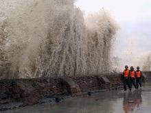 На китайские курорты надвигается мощный тайфун