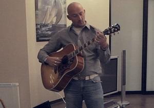 Украинцы помогут известному гонщику найти похищенную гитару