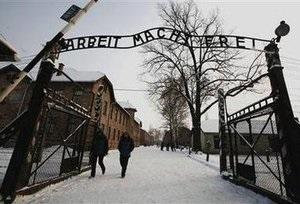 Польская полиция нашла распиленную на три части табличку с ворот Освенцима