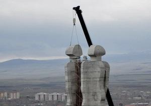 В Турции начался демонтаж памятника дружбы с Арменией