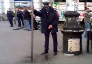 В интернете появилось видео с милиционером, справляющим нужду на остановке в центре Днепропетровска