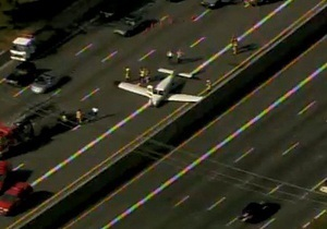 В США самолет совершил аварийную посадку на автотрассу
