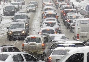 Ситуация на киевских дорогах заметно осложнилась в связи со снегопадом