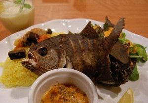 В японском ресторане готовят пиранью во фритюре