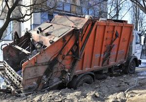 В Киеве мусоровоз с отходами провалился под землю
