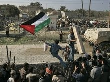 Палестинцы рвутся в Египет сквозь колючую проволоку