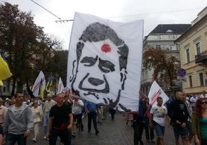Протест - портрет Януковича - активисты - Ивано-Франковск - Милиция запретила пропаганду  культа насилия : у активиста изъяты футболки с портретом Януковича