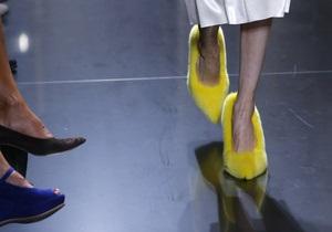 Тренд сезона: лодочки и сандалии из меха