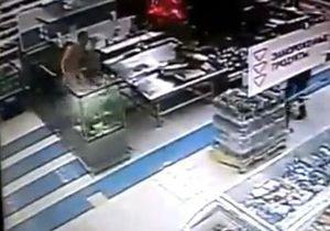 В Кривом Роге голый мужчина искупался в аквариуме супермаркета