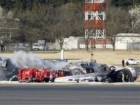 В аэропорту Токио при посадке разбился самолет
