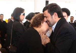 В Иране разгорелся скандал из-за объятий Ахмадинеджада с матерью Чавеса