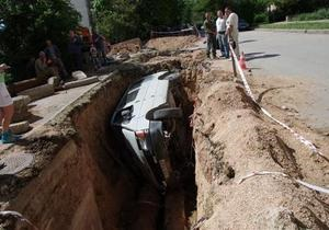 В Севастополе микроавтобус с людьми провалился в котлован