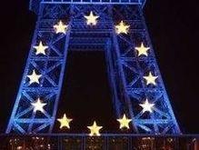 Эйфелеву башню украсили синей подсветкой и 12-ю звездами