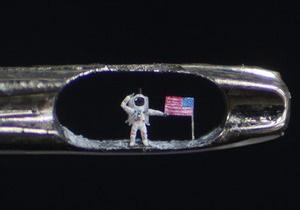 Скульптор поместил в ушке иголки  второго человека на Луне