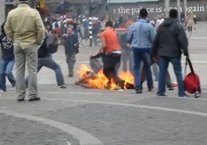 На центральной площади Амстердама мужчина совершил попытку самосожжения