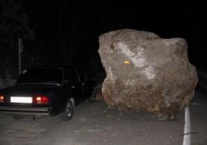 Под Ялтой произошел повторный камнепад: дорогу завалило пятитонными валунами