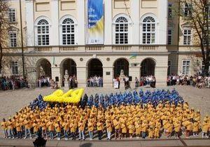 Во Львове создали  живой  флаг Украины из 500 человек
