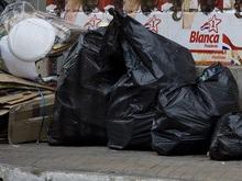 В центр Киева доставят сотни мешков с донецким мусором