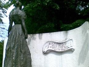 В Луцке неизвестные повредили памятнику Лесе Украинке левую руку