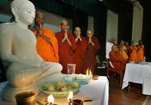 На Шри-Ланке запретят подносить монахам вкусную пищу, чтобы они не переедали