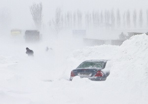 Румынию завалило снегом: сотни людей застряли в дороге