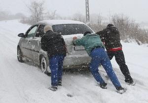 В Тернопольской области из сугробов освободили автобус с белорусами, ехавшими в Буковель
