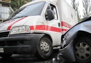 В Киеве Daewoo врезался в карету скорой помощи, которая перевозила женщину в критическом состоянии