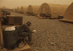 В Афганистане мирные жители блокировали базу НАТО после убийства местного полицейского