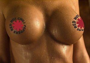 Фанатам предлагают показать грудь, чтобы попасть в первую фан-зону на концерт Red Hot Chili Peppers в Киеве