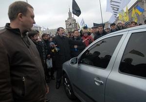 Правительству Азарова вновь грозят массовыми акциями протеста