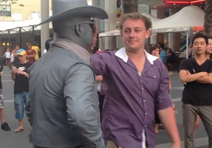 Новости Австралии: Изображавший статую уличный актер избил надоедливого туриста