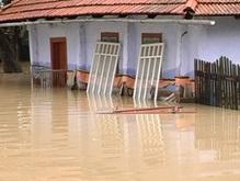 Наводнение на Прикарпатье: жители сел забрались на крыши домов