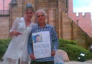 новости Киева - Янукович - Янукович козел - Мужчину с плакатом  Янукович - козел  оштрафовали на 51 гривну