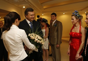 Янукович в Луганске обручил молодоженов