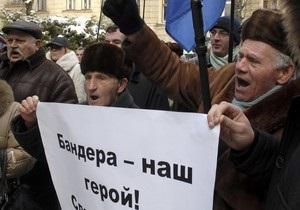 Опрос: Более половины украинцев выступают за лишение Бандеры звания Героя