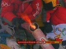 Олимпийский огонь добрался до вершины Эвереста