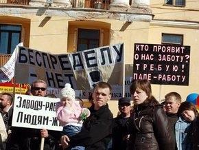 В России рабочие остановившегося завода перекрыли федеральную трассу в Ленобласти