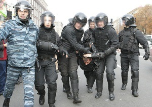 Сотрудник Беркута ударил фотографа журнала Корреспондент