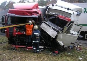 На Житомирской трассе столкнулись три фуры и ВАЗ