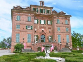 Карла Бруни продала семейный замок арабскому шейху