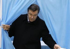 На участке, где будет голосовать Янукович, несколько девушек обнажились по пояс (обновлено)