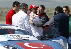 Новый рекорд Гиннесса: лишенный зрения турок прокатился на Ferrari со скоростью 292 км/ч