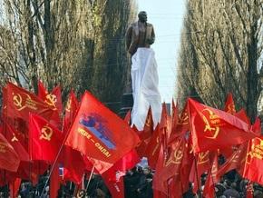 Милиция задержала двух человек, обливших памятник Ленину в Киеве краской